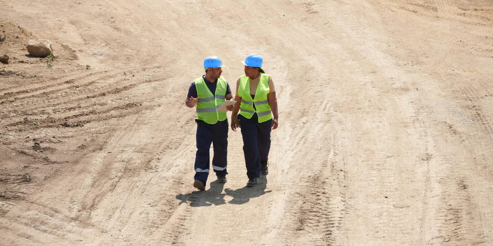 Mitarbeiter eines Bauunternehmens auf der Baustelle